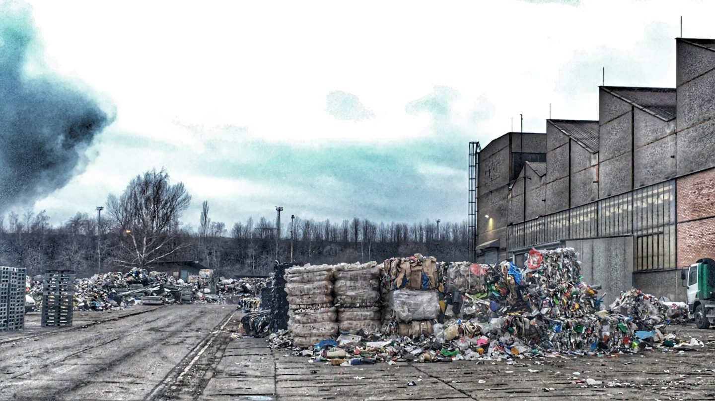 Slisované odpadky čekající na recyklaci ve fabrice.